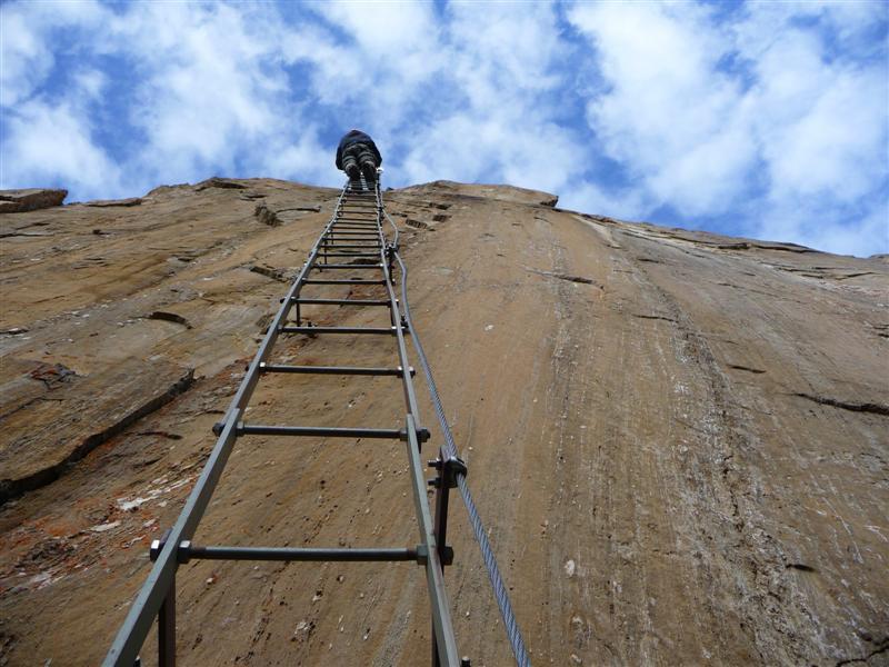 die leicht überhängende Leiter im Klettersteig in Osttirol