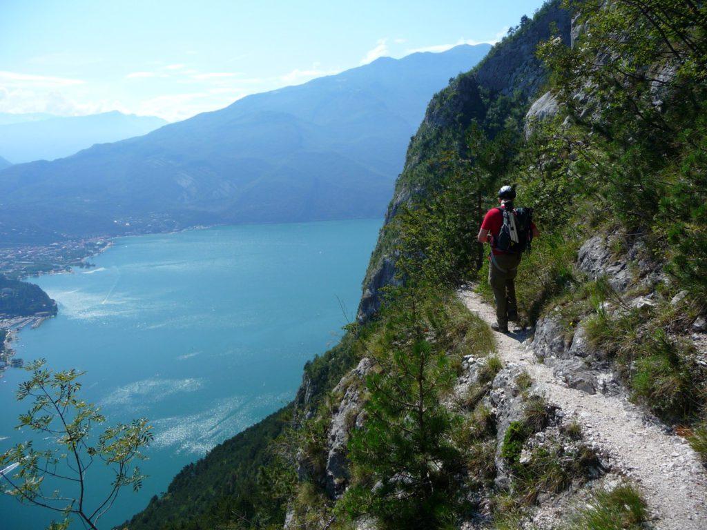 Zustieg zum Einstieg der via dell Amicizia hoch überm Gardasee